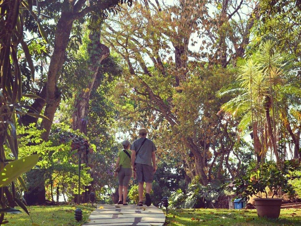 Pareja de pajareros caminando en los senderos del Hotel Villa San Ignacio